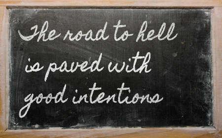 手書きの黒板の執筆 - 地獄への道は善意で舗装されて