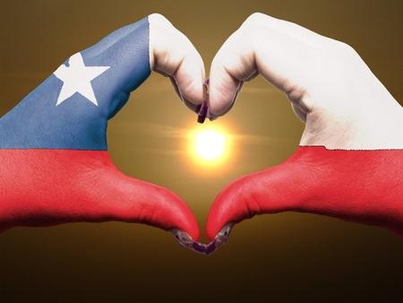 bandera chilena: Gesto hecho por manos bandera chile colores que muestra símbolo del corazón y el amor durante el amanecer