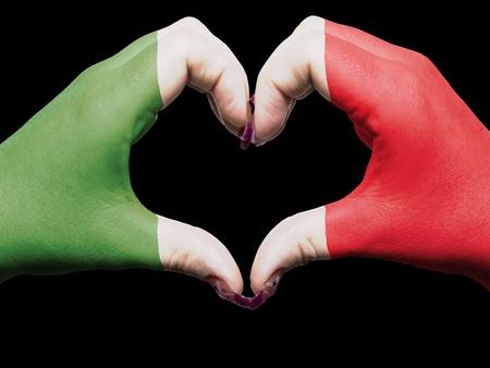 bandera italia: Gesto de las manos la bandera de Italia de colores que muestran el s�mbolo del coraz�n y el amor Foto de archivo