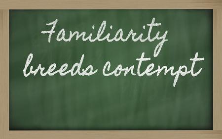 desprecio: escritos de escritura a mano pizarra - La familiaridad alimenta el desprecio