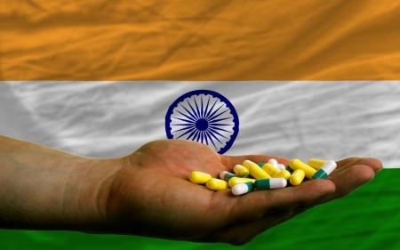bandera de la india: hombre con cápsulas en frente de completo ondulado bandera nacional de la India simboliza la salud, la medicina, la curación, vitaminas y vida sana