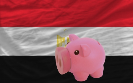 piktogramm: Piggy rich bank in front of national flag of egypt symbolizing saving and accumulating funds as good financial habit Stock Photo