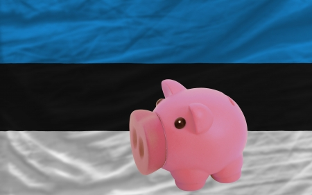 piktogramm: Piggy rich bank in front of national flag of estonia symbolizing saving and accumulating funds as good financial habit