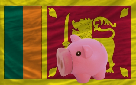 piktogramm: Piggy rich bank in front of national flag of srilanka symbolizing saving and accumulating funds as good financial habit