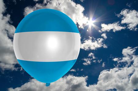 bandera de el salvador: globo en colores de la bandera de El Salvador que vuelan en el cielo azul