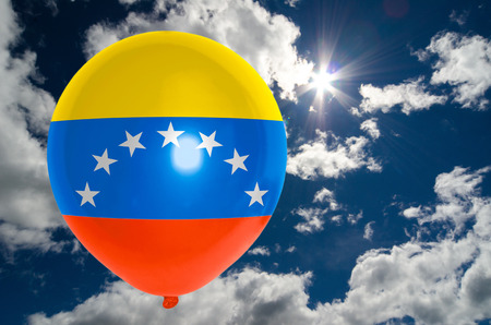 venezuela flag: globo en colores de la bandera de Venezuela que vuelan en el cielo azul Foto de archivo