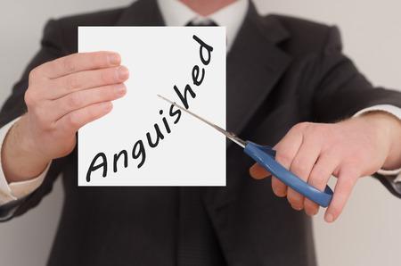 anguished: Angosciato, l'uomo in tuta di taglio testo su carta con le forbici