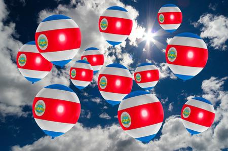 bandera de costa rica: muchos globos de colores de la bandera de Costa Rica que vuelan en el cielo Foto de archivo