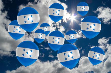 bandera honduras: muchos globos de colores de la bandera de Honduras que vuelan en el cielo