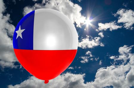 bandera de chile: globo en colores de la bandera de Chile que vuelan en el cielo azul Foto de archivo