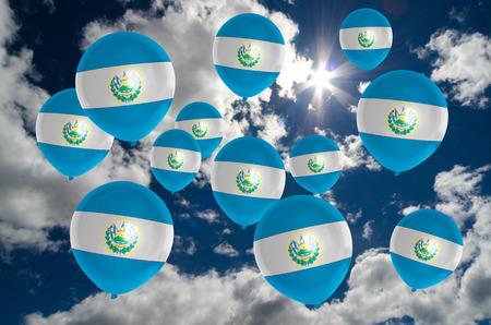 bandera de el salvador: muchos globos de colores de la bandera de El Salvador que vuelan en el cielo