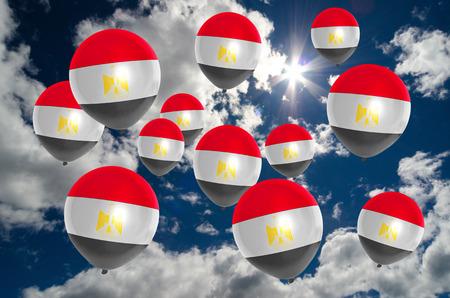 bandera egipto: muchos globos de colores de la bandera de Egipto que vuelan en el cielo Foto de archivo
