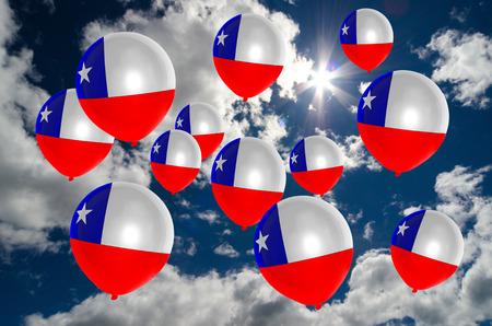 veel ballons in de kleuren van de vlag van chili vliegen op de hemel