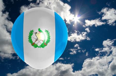 bandera de guatemala: globo en colores de la bandera de Guatemala que vuelan en el cielo azul