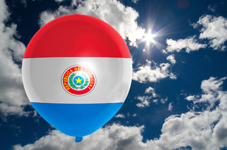 bandera de paraguay: globo en colores de la bandera de Paraguay que vuelan en el cielo azul