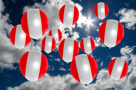 bandera de peru: muchos globos en colores de la bandera de Per� que vuelan en el cielo
