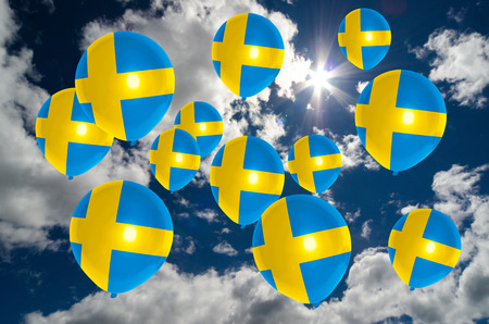 bandera de suecia: muchos globos en los colores de la bandera de Suecia que vuelan en el cielo Foto de archivo