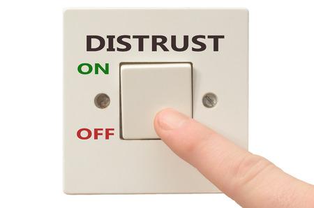 desconfianza: Desactivaci�n de desconfianza con el dedo en el interruptor el�ctrico Foto de archivo