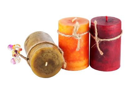 velas de navidad: tres velas de colores aislados en blanco