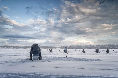 La pêche d'hiver sur la glace Banque d'images - 33302929