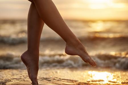 자연 여름 배경입니다. 해변에 여자 다리