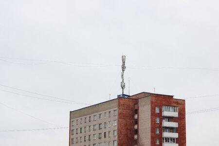 白空背景の高層マンションのアンテナ 写真素材