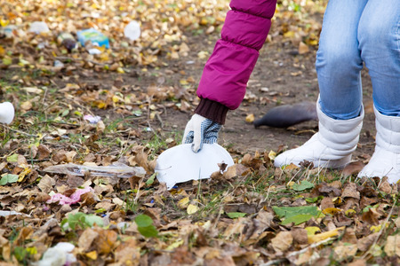 Girl fighting for the purity of by collecting garbage in park
