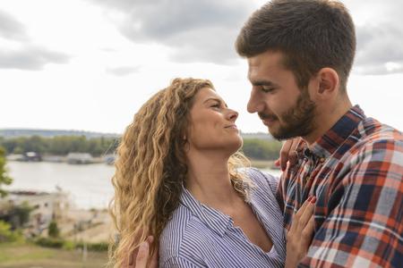 Gelukkig stijlvol paar op het romantische moment met de zoetste emoties. Romantisch moment. Stockfoto