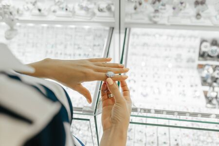Boutique de bijouterie à l'intérieur - petite entreprise. Vente d'or et de diamants. Mains féminines.