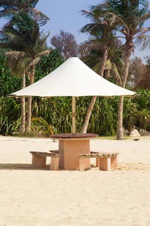 arena blanca: Imagen del paraguas verticalmente orientado en la playa con arena blanca y palmeras Foto de archivo