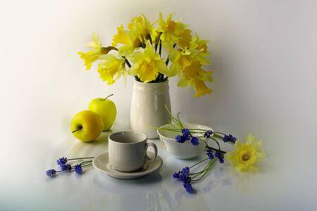 Bouquet di bellissimi fiori primaverili in un vaso. Fiori primaverili in nature morte.