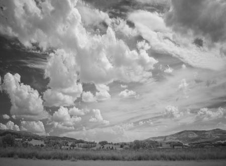 infračervené fotografie krajina s dramatickou oblohou