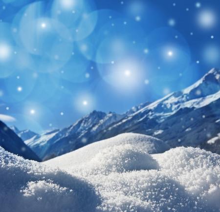 schnee textur: Winter Hintergrund mit Schnee Textur close up und Berge Hintergrund