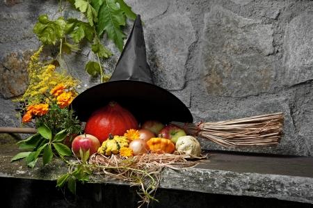 strega: Halloween still life con la strega cappello e scopa Archivio Fotografico
