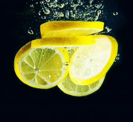 slice of lemon in water photo