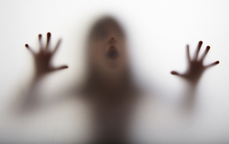 een meisje silhouet achter een transparant papier