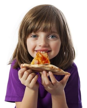 en liten flicka som äter en pizza på en vit bakgrund