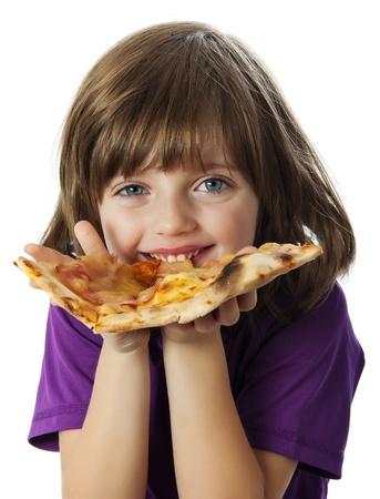 niños comiendo: una niña comiendo una pizza