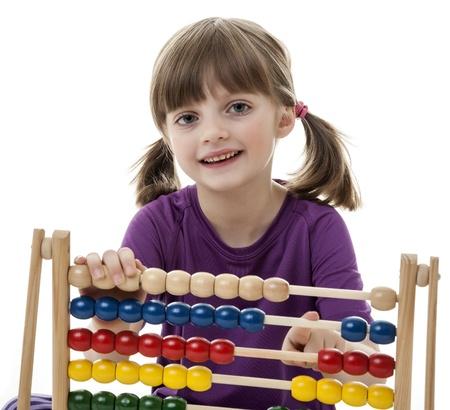 abacus: szczęśliwa dziewczynka liczenia liczydło - białe tło