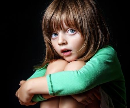 ni�os malos: Retrato de la ni�a en el fondo oscuro