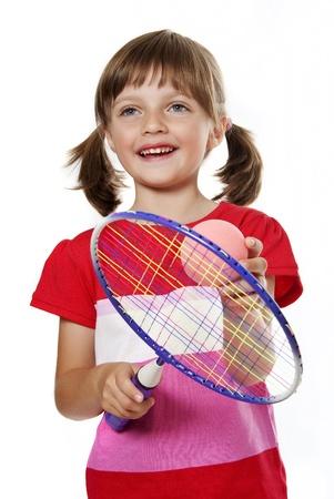 raqueta de tenis: ni�a con una raqueta de tenis aislada en el fondo blanco