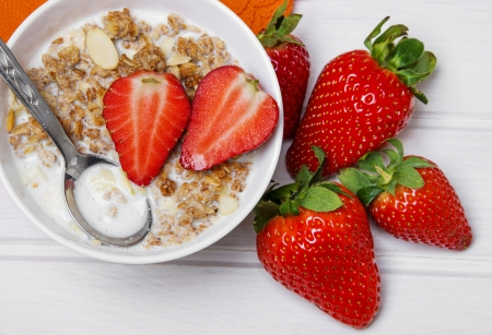 healthy breakfast - cereal with strawberries