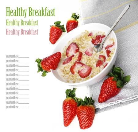 oatmeal: saludable desayuno - cereal con fresas aisladas sobre fondo blanco Foto de archivo