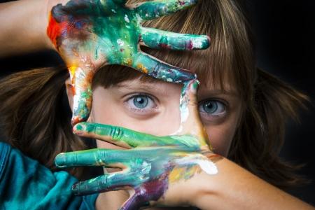 klein meisje en aquarellen Stockfoto