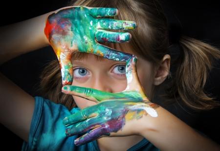 Petite fille et aquarelles - portrait Banque d'images - 21733327