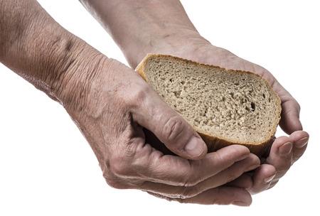 mano anziano: vecchia mano con pane