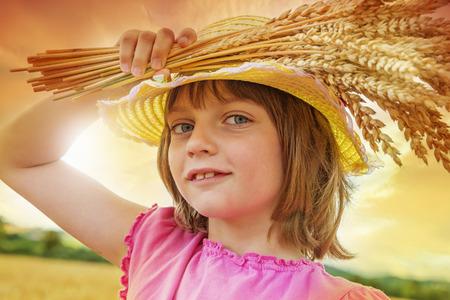 어린 소녀: little girl holding wheat