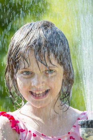 어린 소녀: little girl playing with water