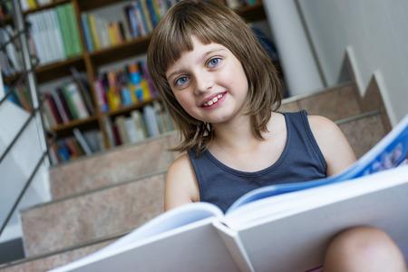 어린 소녀: little girl with book