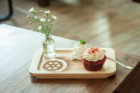 terciopelo rojo: Cupcake de terciopelo rojo Foto de archivo